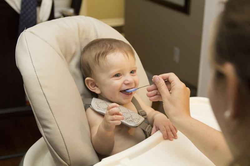 婴儿吃奶发出嗯嗯声音是怎么回事婴儿吃奶发出嗯嗯声音有三点原因