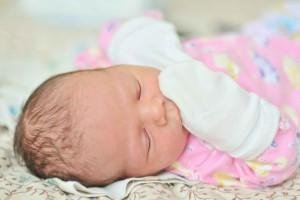 宝宝有黄色眼屎是怎么回事如何给宝宝清理眼屎